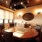 ゆったりと食事を愉しめる、一番奥のテーブル席