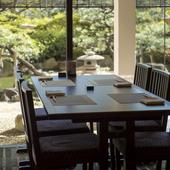 日本庭園を眺めながら食事ができる、ホテル5階の日本料理店