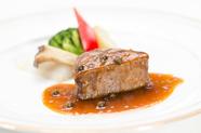 肉厚で食べごたえ満点な『牛ヒレ肉のステーキ』(コース料理の一部)