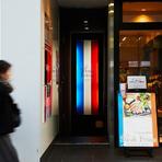 フランス国旗がいざなう地下1階の小さな店