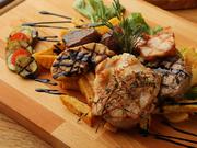 肉の甘みが楽しめる黒毛和牛ステーキ、程よく脂がのった京都産地鶏のロースト、 フォアグラなどを贅沢に盛り合わせ、コース仕立てで提供します。注文は2名より、コース内容など詳しくはメニューで確認。
