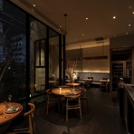 シンプルかつモダンで世界の最先端を感じさせる料理。ツボを得たサービス。心地よいインテリア。大切な時間をゆだねるのに相応しい、三拍子そろったレストランです。