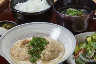 とろとろに柔らかく煮込んだ郷土料理『馬ホルモン煮込み定食』