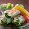 市場から新鮮な食材を仕入れて作る『魚介の生春巻き』