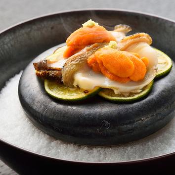 季節の食材を少量多種で楽しんで頂く寿司コース。