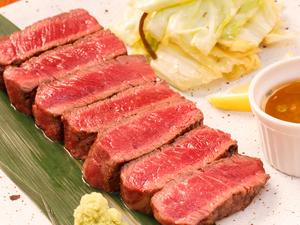 炭に負けない厚さ2.5cm! 味わい豊かな絶品炭火焼料理『牛ひれ肉の炙り焼き アンデスの岩塩と本わさび』
