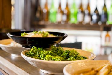 カウンターに並ぶ料理が季節感を伝えます
