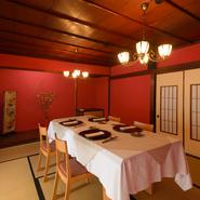 2階には、畳敷きの座敷にゆったりくつろげるテーブル席の個室が2部屋。加賀藩の伝統色である青漆喰と赤漆喰の設えが美しく、青の間は2~4名様、赤の間は6~10名様用。プライベート感の高い空間で憩えます。