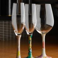 金沢フレンチをおいしく彩るのが、九谷焼のあでやかな皿やグラス。美しい色彩を愛でながらの食事は、いっそう優雅なひと時に。四代目 徳田八十吉の器で提供する『懐石風コース』もご用意しています。