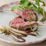肉の旨みを堪能できるメイン料理。自然牧草のみで育った、赤身が上質なグラスフェッドの仔羊を肉汁を閉じ込めるように丁寧にグリル。ジューシーな旨みが極上です。仔羊のジュを入れた赤ワインソースとともに。