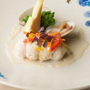 真鯛など、その日仕入れた旬の天然魚を絶妙な火の通し加減でポアレに。ふわっとした食感に優しい味わいがこもる身のおいしさが極上です。白ワインと生クリームのソースとの相性も抜群。季節の野菜を添えて。