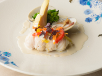 旬の天然魚の味わいと食感を満喫できる『鮮魚のポワレ仕立て』※コースの一品。季節により内容が変わります
