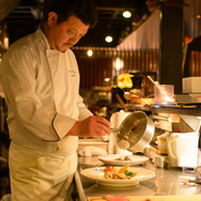 金沢フレンチを肩肘はらずに楽しめるよう、カウンター席をメインとし、料理人がお客様に対面しながら一皿一皿をご提供しています。料理ができあがる光景、音や香りを通しても、食の喜びをお届けしています。