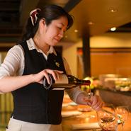ご利用のシーンやお好みに合わせた数種類のワインを提示し、お客様自身がセレクトできるスタイルがモットー。ワインはもちろん、カクテルや食後酒、そしてお酒が苦手な方にも楽しめるような接客を大切にしています。