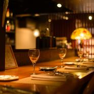 季節の食材で紡ぐ金沢フレンチは、お誕生日や結婚記念日など特別な日の食事をいっそう素晴らしく彩ります。カウンター席がメインなので、横並びで気取らずに楽しめるのも特徴。お二人でゆったり憩える旬の食卓へ。