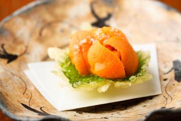 大葉の天ぷらに生うにを合わせた革新の逸品『大葉うにのせ』