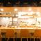 ライブ感あるオープンキッチン。料理人との会話も楽しめる