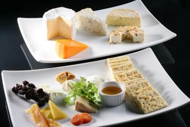 フランス直輸入の『チーズ5種盛り合わせ』をワインと共に