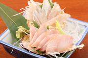 手前が『ほっけ』奥が『ししゃも』、北海道でも食べられる時期が限られるこちらの刺身も入荷し次第提供してくれます。ぜひとも味わっていただきたい逸品です。