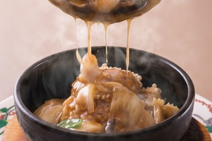 具沢山の中華餡が絶品『海鮮石焼おこげ』