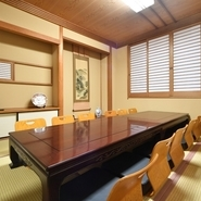 全席個室の店内は、テーブル席と座敷両方があり2名から利用可能です。2階には最大30名で使える宴会場も。仕切りを使って区切ることができるので、人数に合わせた空間で特別な時間を過ごすことができます。