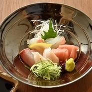 オーナーが毎朝自ら仕入れる新鮮な旬の魚をはじめ、姫路近辺の食材を多数扱っています。姫路は山と海が迫っている地形のため、海の幸も山の幸も非常に美味しく魅力的な食材が揃っています。