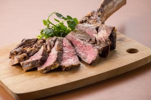 表面はカリッと香ばしく中はジューシー、柔らか肉の旨みがギュッと詰まった『トマホークシュラスコ』