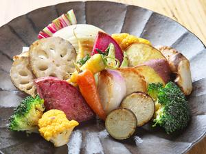 香ばしく炒められた、甘くて美味しい『焼き野菜 いしるバター』