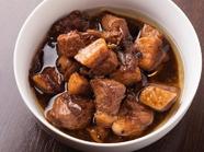 鶏肉や豚肉を酢でじっくり煮込んだ『Adobo(アドボ)』
