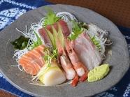 『お刺身五点盛り』は新鮮な魚介類を仕入れて盛り合わせに