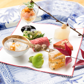 旬のおいしいものを一口ずつ楽しめる彩りの皿『盛込』※季節によって料理の内容は変わります。
