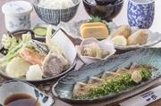 ごまかんぱち、小鉢、里芋唐揚げ、玉子焼き、茶碗蒸し、天ぷら盛り、ごはん、汁物、漬物  (ご希望の方にはお茶漬けのだし汁サービス!)