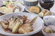 その日のメイン(魚煮つけ等)、小鉢、里芋唐揚げ、 玉子焼き、茶碗蒸し、天ぷら盛り、ごはん、汁物、漬物