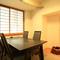 明るくこぢんまりした個室は、使い勝手の良いテーブル席