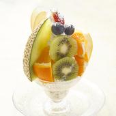 季節のフルーツを贅沢にのせた『フェリースパフェ』