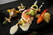 新鮮な海の幸を、素材そのものの味わいを大切に調理。シェフ特製のソースが美味しさを引き立てます。