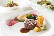 牛フィレ肉や仔羊・鴨肉など、シェフが確かな目で見極めた上質なお肉。1つひとつ丁寧に調理してくれます。
