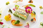 『本日の前菜』では、季節ごとにさまざまな食材を使うことで、料理のなかでも四季を表現。見た目でもゲストを楽しませてくれます。