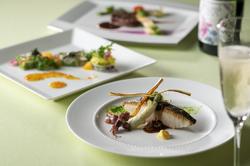 オードブル・お魚料理・お肉料理をお選びいただける大人気フルコースディナーです。
