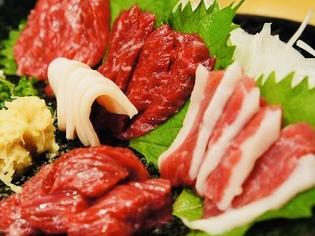 新鮮な魚介類や肉をはじめとした旬の食材を厳選しています