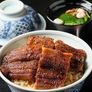 昭和の小伴天で人気のあった甘辛の懐かしい味です。 当店のうなぎのタレをベースにしたタレで、厚切りの三河の美味しいオインク豚を柔らかく。ジューシーに仕上げます。