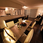 落ち着いた雰囲気のキッチンとテーブル席