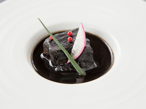 ゴマの甘さだけでなく、醤油がエッジを効かせたアクセントとなる『黒豚の黒胡麻煮』