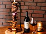お勧めのお肉を炭で焼いて提供。『肉盛り合わせ Meet Lovers』