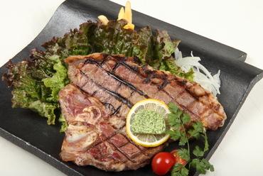 ダイナミックに、シンプルに調理された圧巻の『Tボーンステーキ』