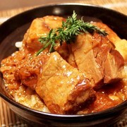 肉厚のとろとろ角煮を贅沢に。