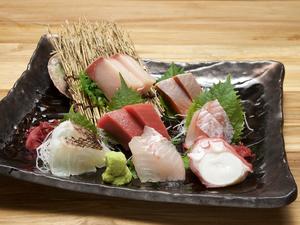 国産本まぐろとぷりっぷりの魚介類の分厚い切り身を豪快に楽しめる『刺身盛り』