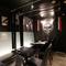 黒を基調にした落ち着いた雰囲気の半個室