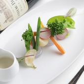 アートのような美しさ! 季節の味覚『旬の焼き野菜 ガーデニング仕立て ~温野菜バーニャカウダ~』