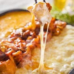 チーズタッカルビが食べ放題!ピリ辛なタッカルビにまろやかなとろ~りチーズがマッチした癖になる逸品です